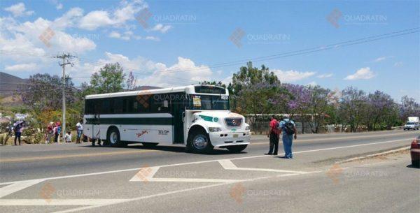 Bloquean normalistas carretera frente a Pemex