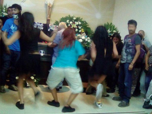 Video: Bailan cumbia en velorio para despedir a joven en Saltillo