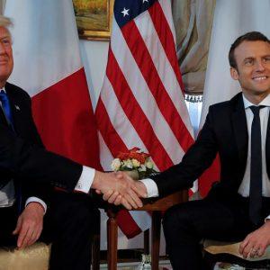 Otro incómodo apretón de manos de Trump