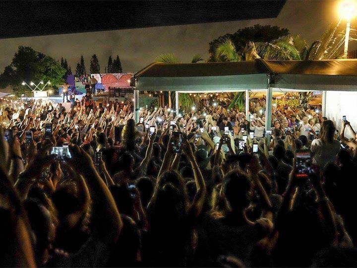 Shakira da un 'show' para desvelados en Miami +VIDEO