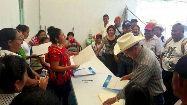 Ejidatarios de Jacatepec reciben escrituras tramitadas por la Diputada Karina Barón