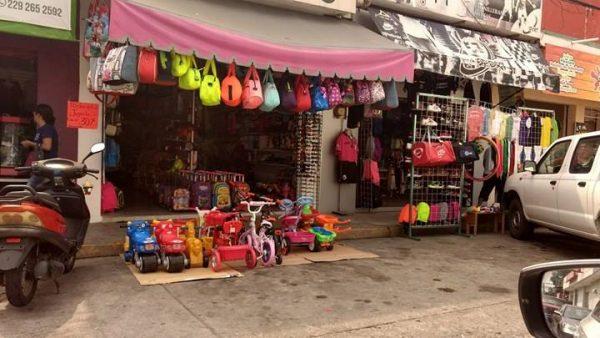 Ambulantes crecen y comercio establecido se apodera de banquetas en Tuxtepec