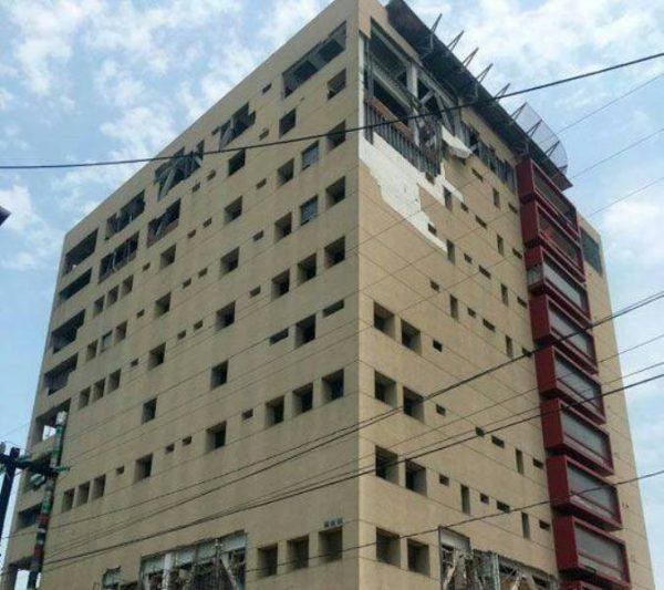 Caen láminas de últimos pisos de Torre Pediátrica, en Veracruz