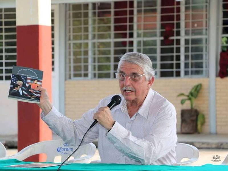 """Escritor capitalino presenta en Tuxtepec """"Santa Anna y Peña Nieto, el Despojo de una Nación"""""""