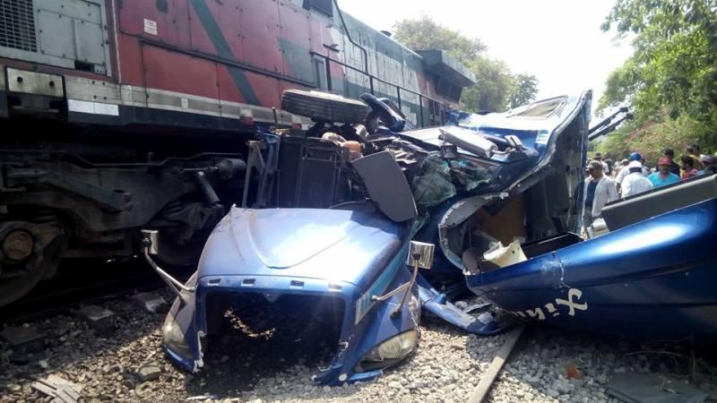 Fuerte choque entre un trailer y el tren en Vicente Camalote