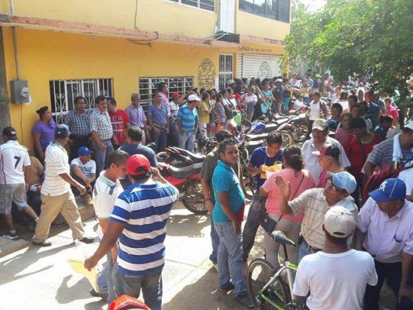 Dirigencia electa del 12 de julio, se revela a la actual, hacen asamblea en la calle.
