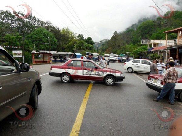Concesionarios bloquean carretera en Jacatepec