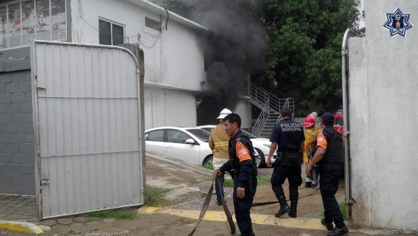 Controlan incendio elementos de la SSPO en agencia automotriz del Istmo