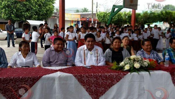 Cumple Irineo Molina con escuelas de Valle Nacional
