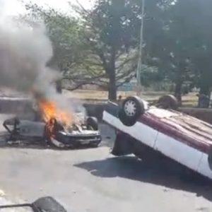 #FOTOS Enfrentamiento entre sindicatos deja un muerto y unidades quemadas