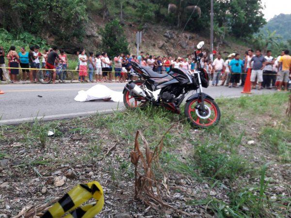 Carrera Mortal; Se impacta moto con otra, dejando un muerto en el asfalto