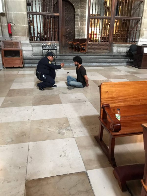 Apuñalado un sacerdote en el interior de la Catedral Metropolitana de México