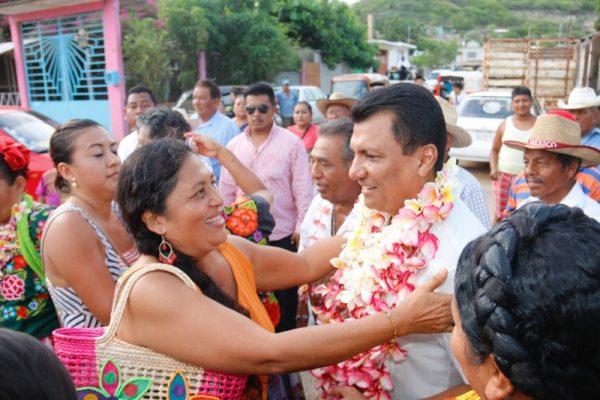 Caluroso recibimiento brindan familias de Santo Domingo Tehuantepec a Samuel Gurrión