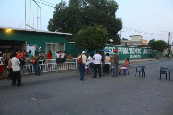 Resurge problema en la Benito Juárez, padres de familia meten a la Directora