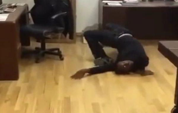 + VIDEO Hombre luce aterrador cuando se contorsiona
