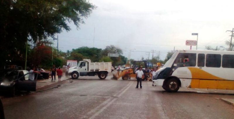 Bloquean carretera transístmica a la altura del Canal 33 en Juchitán