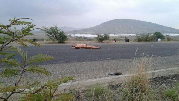 Hallan a mujer desnuda y sin vida en carretera de Oaxaca