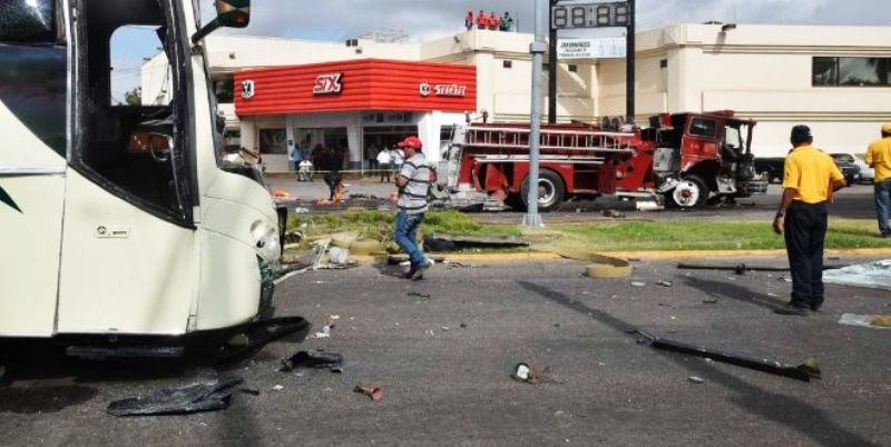 Mueren un bombero y un civil en aparatoso accidente