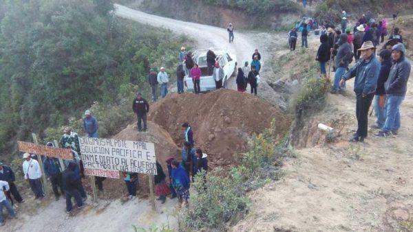 Bloquean carretera en la sierra Mixe, denuncian desvío de recursos