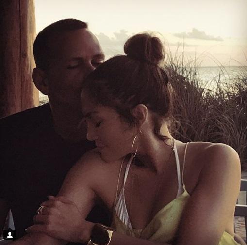 Jennifer Lopez comparte foto junto a su pareja