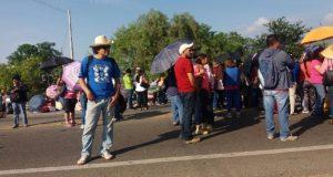 Magisterio bloquea carreteras en el estado de Oaxaca, para coberturar negociación con la Segob