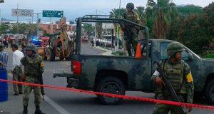 Continúa retiro de gasolina derramada por pipa en Tehuantepec