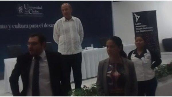"""VIDEO – Al grito de """"asesino"""", activistas irrumpen conferencia de Felipe Calderón."""