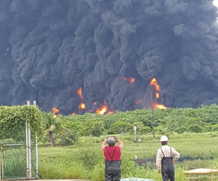 Se registra incendio en refinería de Pemex que fue cerrada por inundación