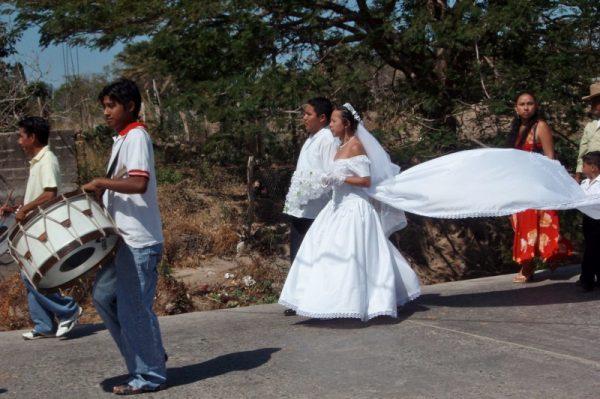 En comunidad de Oaxaca, casan a joven a la fuerza y se escapa