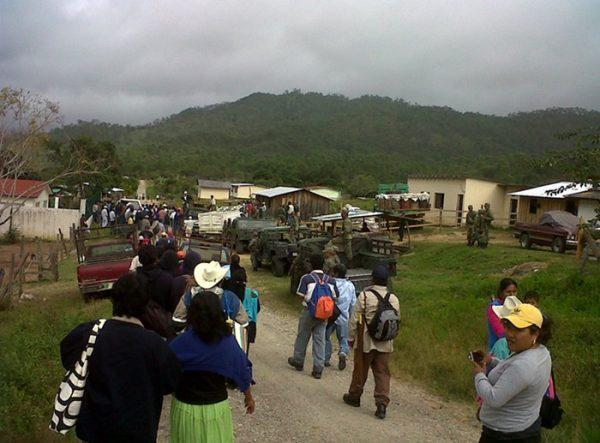 Queman comuneros casas improvisadas de invasores en Chimalalapas