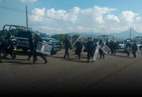 Cesan policías por riña con normalistas