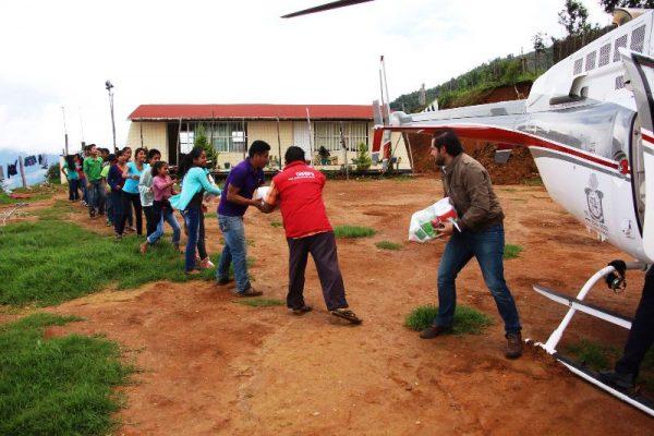 Restablecen puente aéreo, Sedesoh lleva ayuda a Sierra Sur