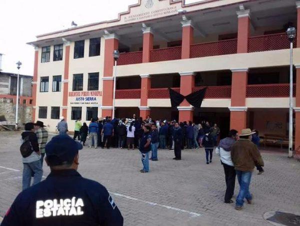 En Ayutla Mixe habitantes retienen patrullas de la Policía Estatal y de la AEI