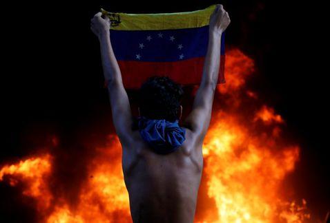 Manifestantes queman edificio de justicia en Venezuela