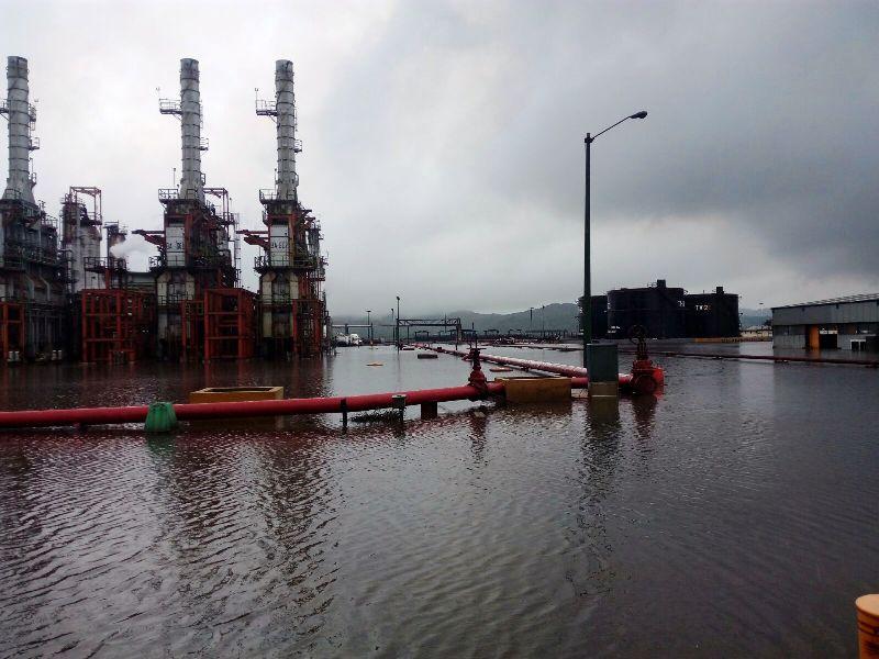 Por inundación suspenden servicios en refinería Antonio Dovalí Jaime
