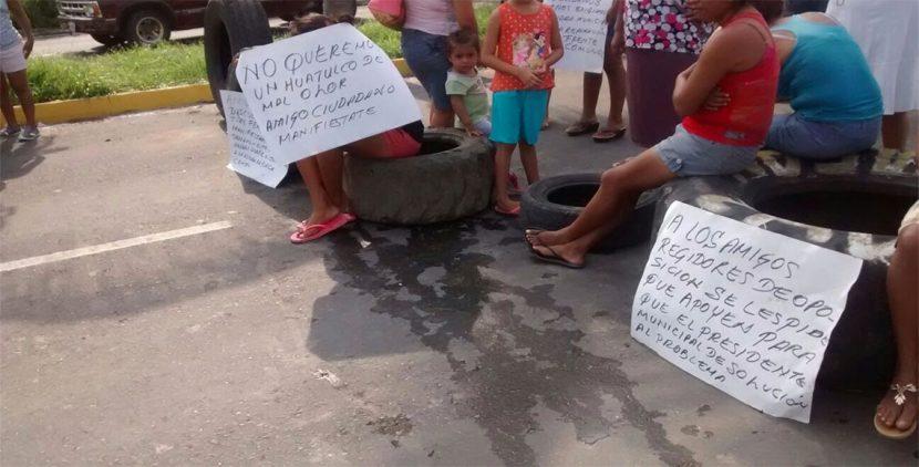 Bloquean habitantes de Huatulco carretera por problema de aguas negras