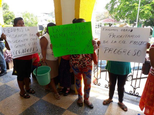 Vecinos de El Progreso se manifiestan en palacio de Tuxtepec