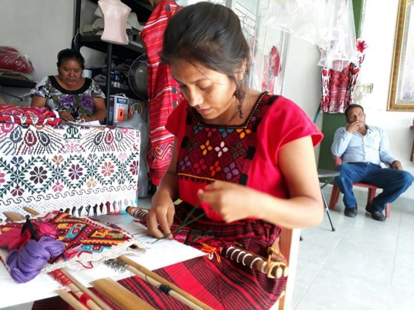 Aumentan ventas de huipiles, por Guelaguetza: Artesanas
