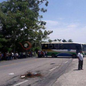 Bloquean parcialmente carretera a Ojitlán