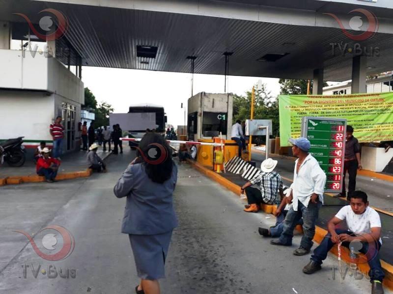"""Habitantes de Ojitlán toman """"Caracol"""""""
