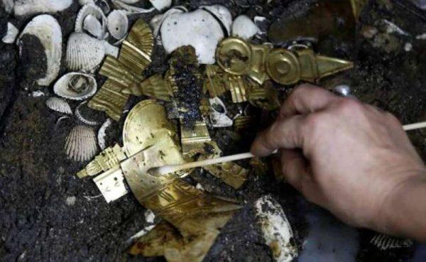 Encuentran oro en tumba prehispánica en zócalo de la CDMX