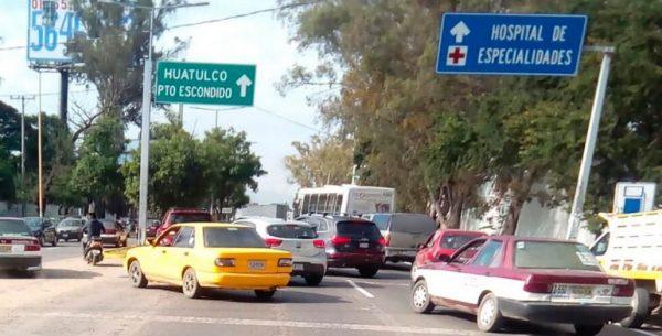 Bloquea CNTE crucero del aeropuerto en Oaxaca