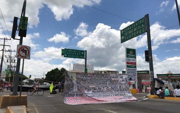 Amenazan normalistas con bloquear en plena Guelaguetza