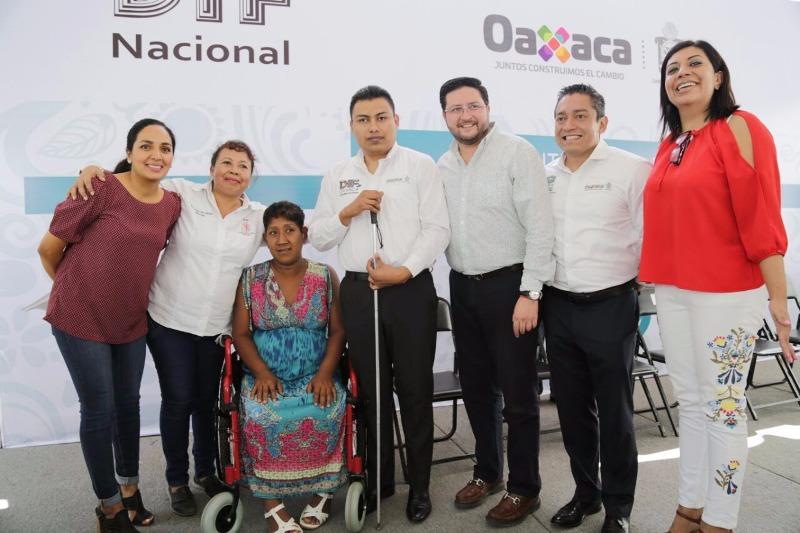 Entregan DIF Nacional y Estatal auxiliares auditivos  a personas con discapacidad