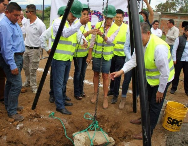 Ivette Morán coloca primera piedra para la construcción del CAM en Ejutla de Crespo