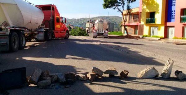 Continúa bloqueo en carretera Oaxaca-Ocotlán; impiden paso al basurero