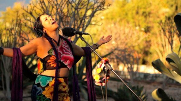 Lila Downs, cuenta que ha sido discriminada en EU y México por su vestimenta