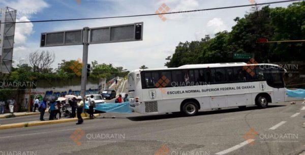Bloquean normalistas en Oaxaca, piden mesa de diálogo con el gobierno