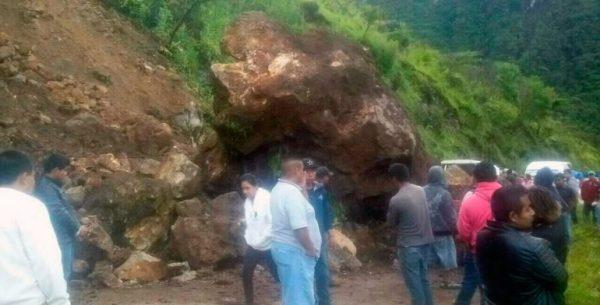Deslave de cerro bloquea carretera en la Sierra Sur