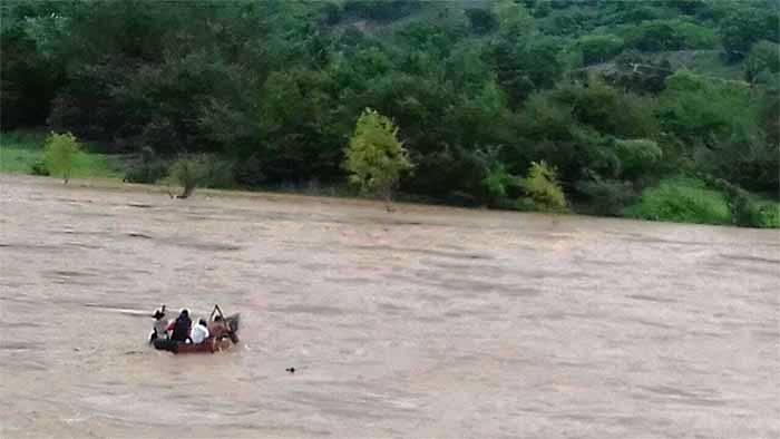 Por bloqueo carretero embarazada es trasladada en canoa a Jamiltepec
